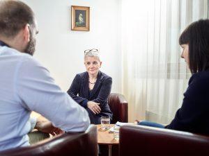 Paar spricht mit Therapeutin im Rahmen einer Paartherapie in Innsbruck
